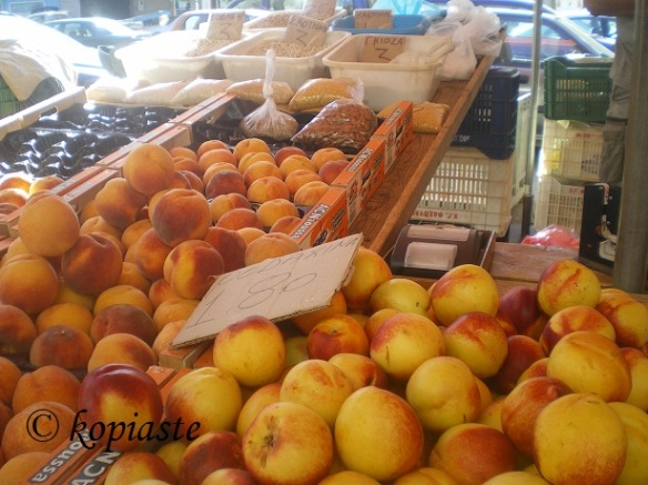 Peaches in farmers market